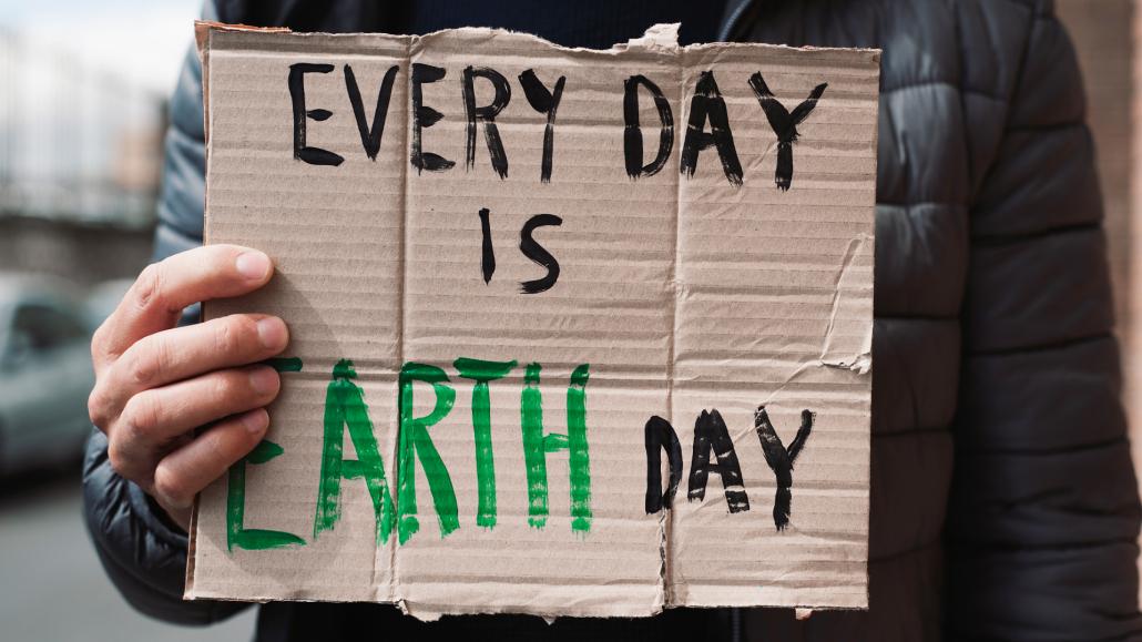 Zukunftsthemen: Nahaufnahme eines Teilnehmers von Fridays for Future mit einem Transparent auf dem steht: Every day is earh day