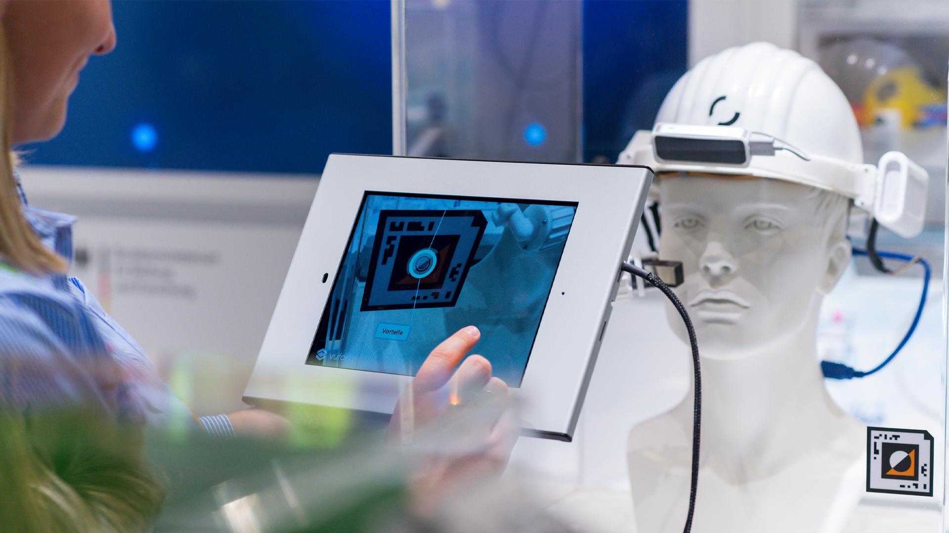 Ein Beispiel für Digitalisierung: Junge Frau arbeitet mit einem Tablet per Augmented Reality im InnoTruck