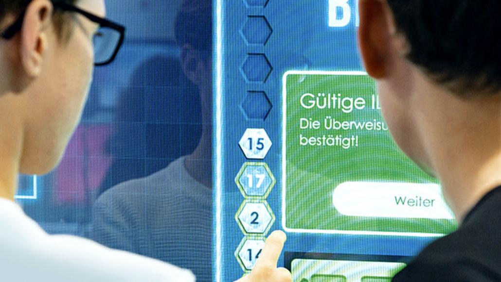 Zukunftsthemen: Zwei Jugendliche erfahren an einem großen Touch Monitor spielerisch die Möglichkeiten künstlicher Intelligenz