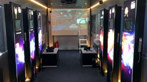 Im InnoTruck zeigen Multimedia-Stelen und eine VR-Anwendung verschiedene Facetten der Bioökonomie.