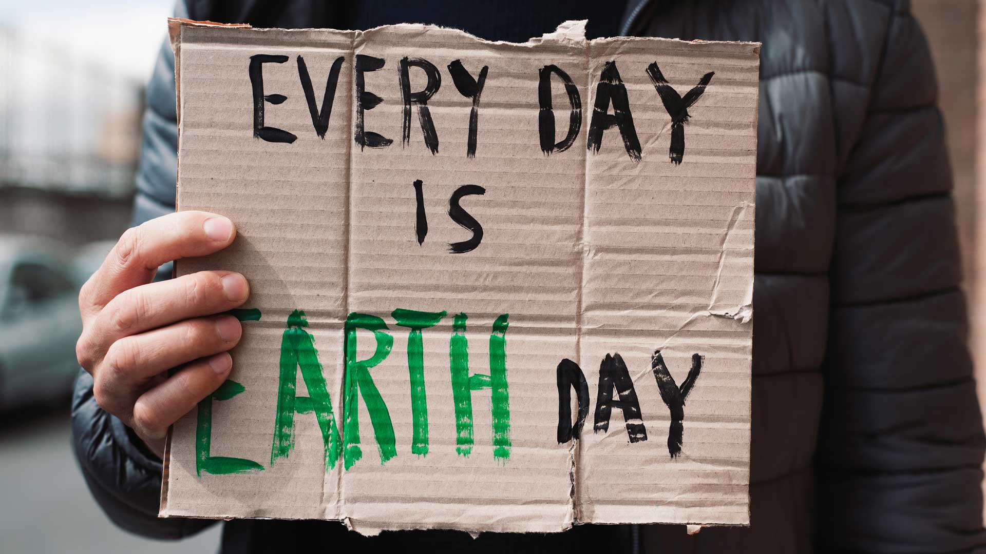 Zukunftsthemen: Nahaufnahme eines Teilnehmers von Fridays for Future mit einem Transparent auf dem steht: Every day is earth day