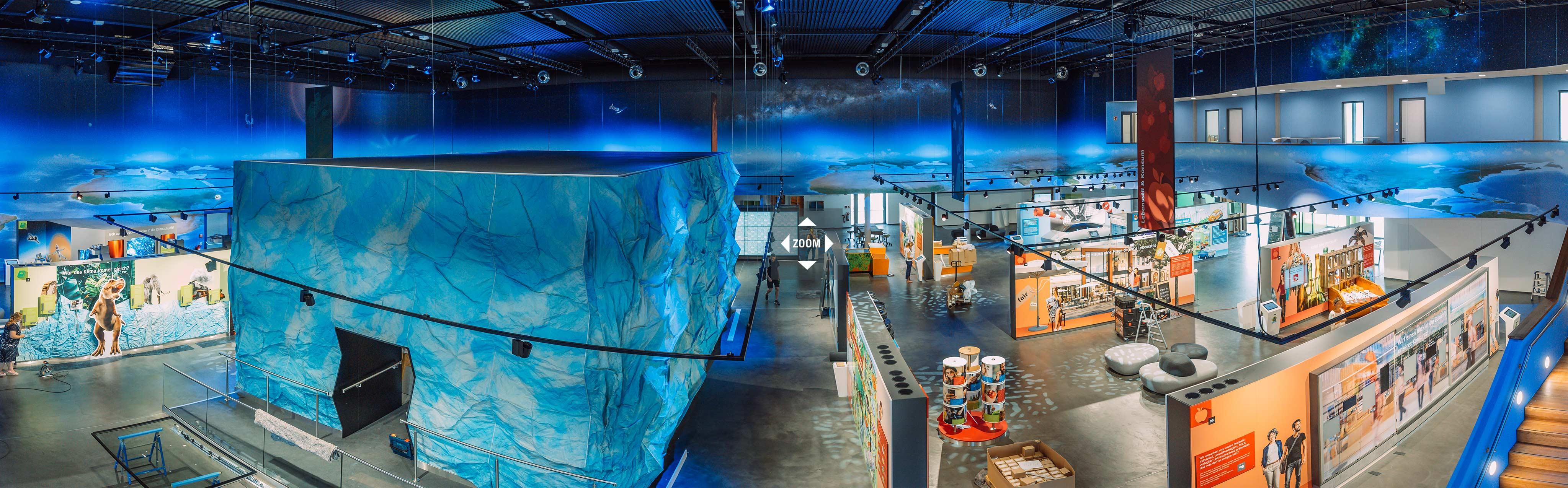 Zukunftsthemen: Panoramabild der interaktiven Mitmachausstellung in der Klima-Arena in Sinsheim mit einem riesigen Gletscher-Kubus in der Mitte